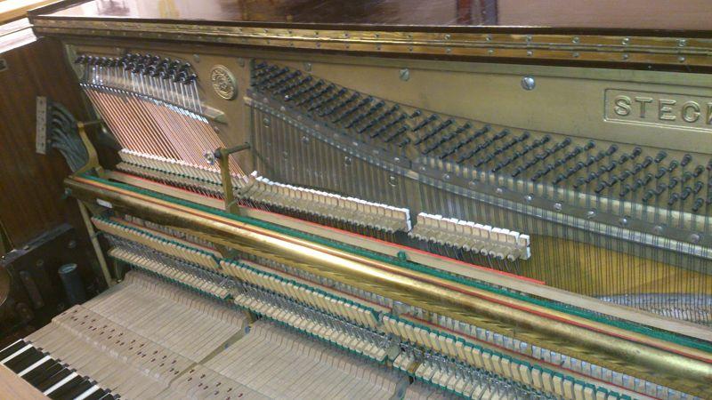 Le piano est remonté en cordes de basse neuves et les etouffoirs regarnis.