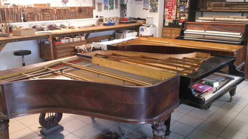 Les trois pianos à queue Erard cordes parallèles sur lesquels nous travaillons en ce moment.