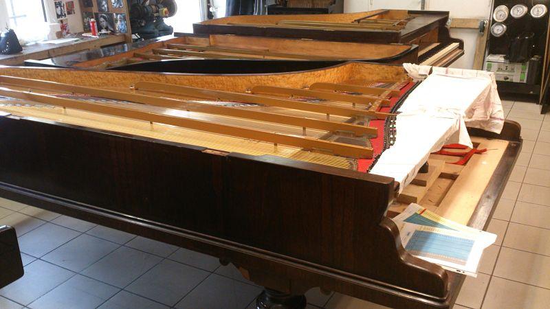 Au premier plan, notre Erard de concert 2,50 m de 1875.