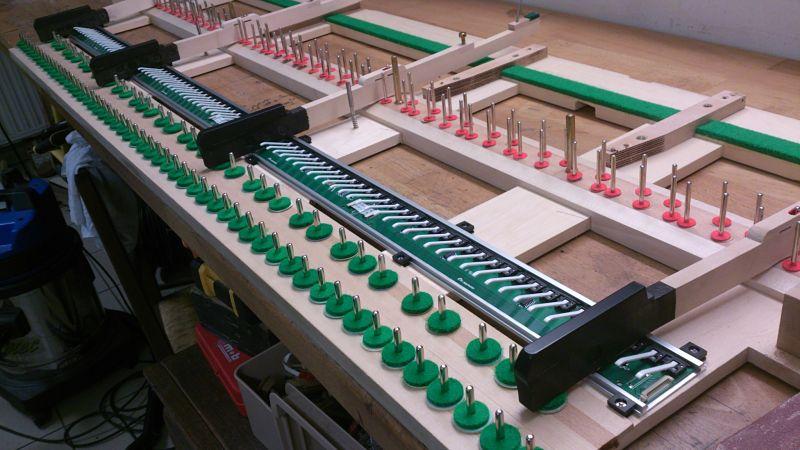 Montage des 88 capteurs optiques sous le clavier.