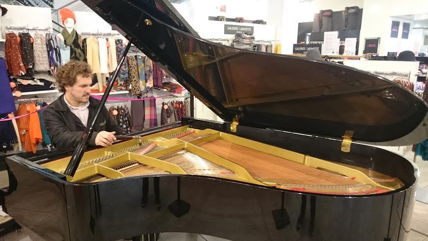 Accord du piano dans les galeries Lafayette de Beauvais.