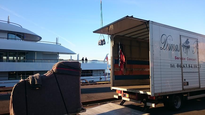 Arrivée sur le quai du chantier naval, les pieds sont dans les flight-cases déjà suspendus sous la grue.